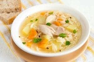 Sopa de pollo cubana